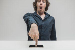 Бактерии с экрана смартфона прыщей не вызывают