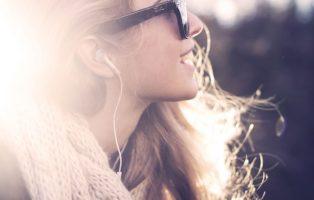 Вредно ли громко слушать музыку в наушниках