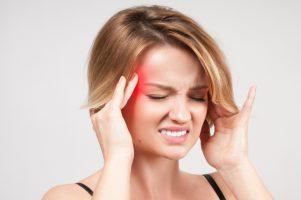Головная боль: когда вызывать скорую, а когда можно обойтись водой